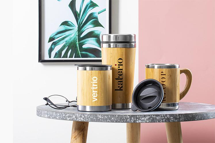 Tazas, botellas y bidones realizados con materiales sostenibles libres de BPA